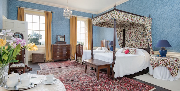 Bedroom 5: A bright en-suite double or twin room with four-poster bed by Thomas Chippendale. Views over the South Lawn.